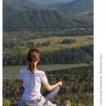 № 5905948: Девушка, сидящая в позе лотоса, смотрит на горные вершины и реку