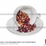 № 6209097: Чайная чашка с листьями фруктового чая на белом фоне